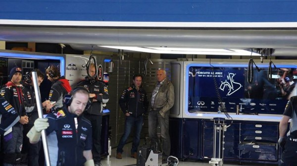 F1-2014-JEREZ-RES-BULL-Stand DIETER MATESCHITZ avec Chris HORNER - photo JF pour autonewsinfo