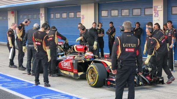 constateras que c'est le casque de Romain dans la voiture mais c'est bien Pastor Maldonado qui était au volant les deux jours !!