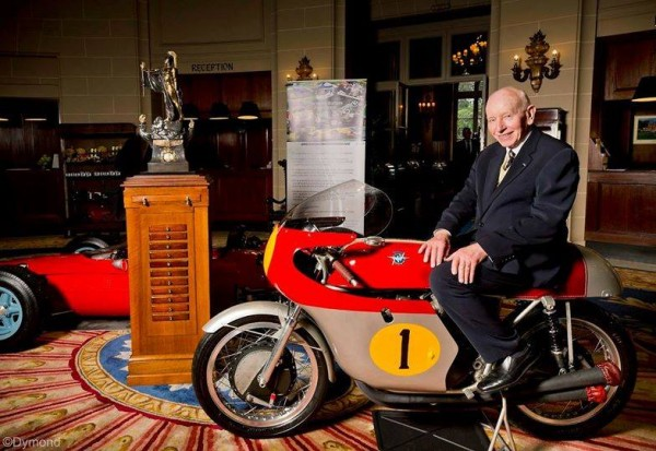 La légende john Surtees  pose devant sa MV Agusta A gauche la Ferrari de 1964