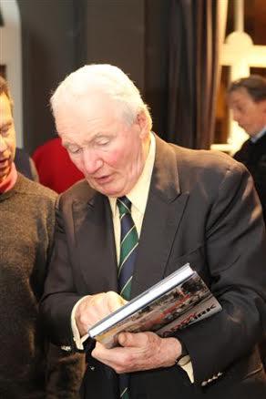 Paddy-Hopkirk-avec-le-livre-qui-lui-a-été-consacré-et-qui-lui-a-pris-beaucoup-de-temps-©-Manfred-GIET