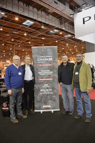 RETROMOBILE-2014-FREDDY-SPENCER-avec-les-irganisateurs-de-CHARADE-REVIVAL-Photo-Max-MALKA.