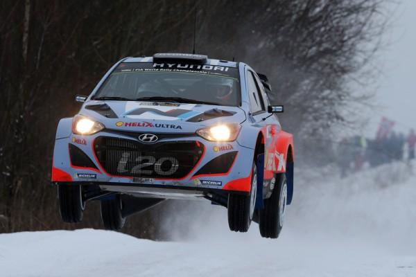 WRC-2014-SUEDE-Beau-saut-pour-la-HYUNDAI-i20WRC-de-HANNINEN-TUOMINEN-photo-Jo-LILLINI