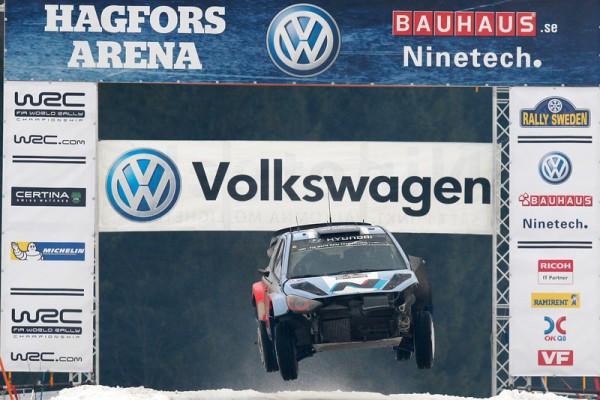 WRC-2014-SUEDE-la-HYUNDAI-i20WRC-de-NEUVILLE-GILSOUL-EN-SITUATION-DELICATE-photo-Jo-LILLINI