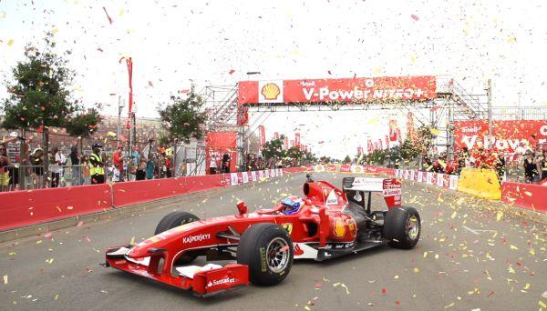 F1-2014-MARC-GENE-ET-LA-FEZRRARI-en-demonstration-en-Afrique-du-Sud-a-JOHANESBOURG.