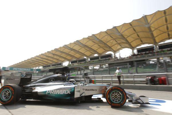 F1 2014 SEPANG HAMILTON sort de son stand.j