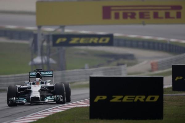 F1 2014 SEPANG   LEWIS HAMILTON et sa MERCEDES Photo PIRELLI