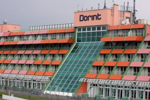 NURBURGRING A hauteur de la ligne de départ l'hôtel Dorint d'où les clients peuvent suivre les courses à partir de leur chambre-© Manfred GIET pour autonewsinfo.
