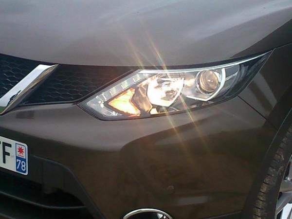 Nissan-Qashqai-II-éclairage-de-jour-en-forme-de-boomerang-et-phares-autoadaptatifs-sur-version-Tekna-Photo-Patrick-Martinoli