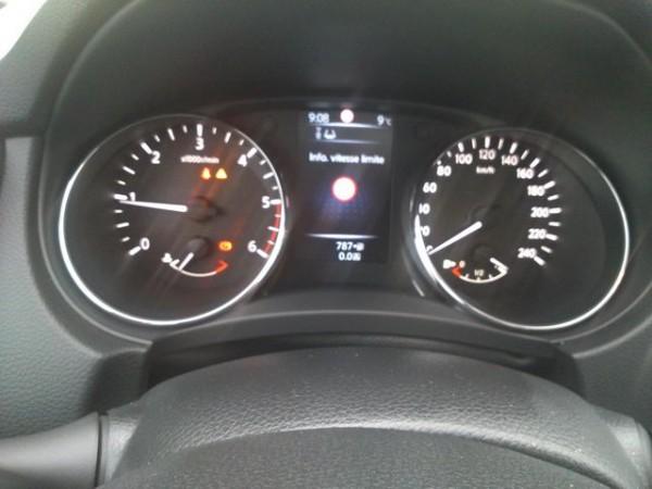 Nissan-Qashqai-II-lecran-de-paramétrage-entre-le-compte-tours-et-le-compteur-de-vitesse-Photo-Patrick-Martinoli
