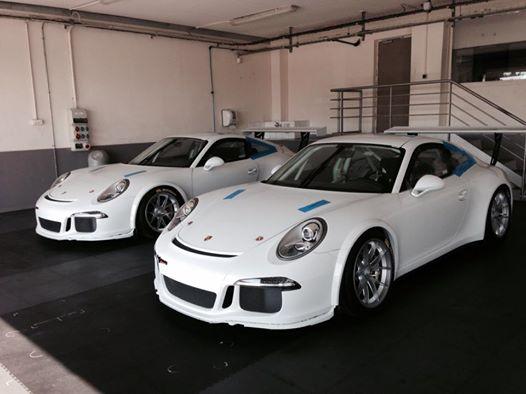 PORSCHE-CARRERA-CUP-2014-Le-voitures-du-TEAM-SLR-DANS-LE-STAND-AVANT-LES-ESSAIS-DU-PAUL-RICARD
