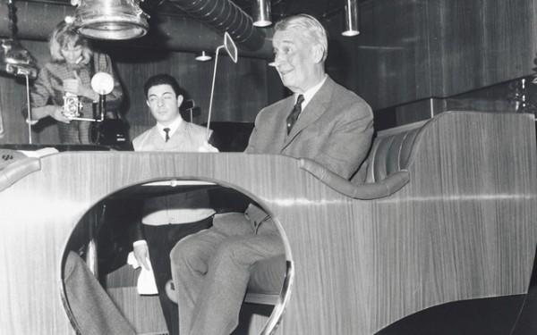 MAURICE CHEVALIER AU PUB RENAULT EN 1963