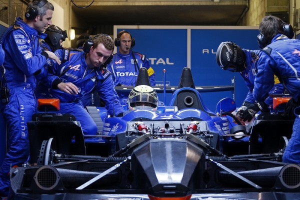 24-HEURES-DU-MANS-2013-ALPINE-A450-LE-STAFF-TECHNIQUE-PRIX-ESCRA-Photo-Patrick-MARTINOLI.