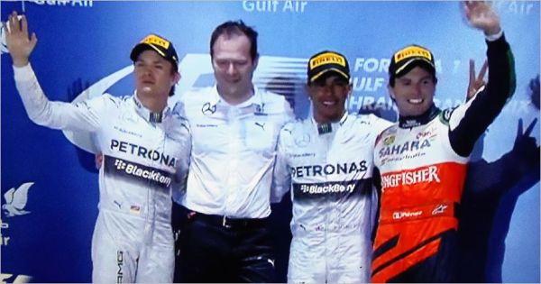 F1-2014-BAHREIN-Le-podium-avec-les-3-premiers-Lewis-Hamilton-Nico-Rosberg-et-Sergio-Perez.