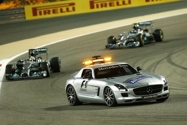 F1-2014-BAHREIN-Le-saferty-car-devanbt-les-leaders