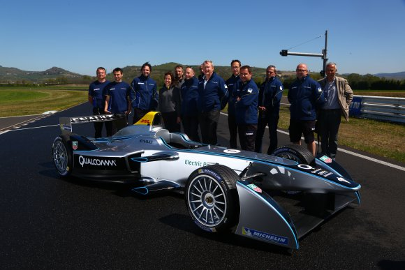 FORMULA-E-Equipe-TECHNIQUE-de-MICHELIN-pose-devant-la-monoplace-de-Formule-Esur-la-Piste-ISSOIRE-Mercredi-16-avril-2014-Photo-GREG-pour-autonewsinfo