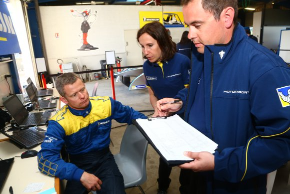 MICHELIN-FORMULE-E-Manu-COLLARD-avec-les-ingenieurs-de-MICHELIN-Mercredi-16-avril-2014-circuit-ISSOIRE-Photo-GREG