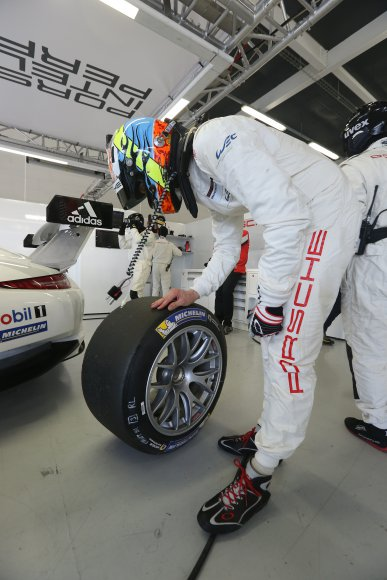 WEC-2014-SILVERSTONE-Pilote-PORSCHE-INSPECTANT-un-pneu