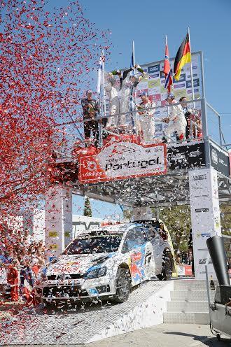 WRC-2014-RALLYE-DU-PORTUGAL-podium-pour-les-vainqueurs-OGIER-et-INGRASSIA-VW-POLO-Photo-TEAM