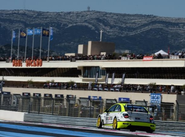 WTCC-2014-PAUL-RICARC-LA-CHEVROLET-HUGO-VALENTE-devant-les-tribunes-photo-Antoine-CAMBLOR.j