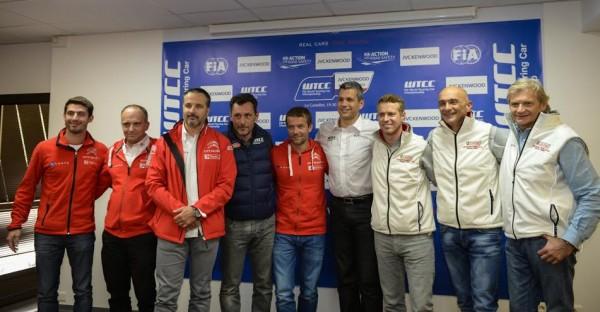 WTCC-2014-PAUL-RICARD-Les-pilotes-CITROEN-et-HONDA-posent-avec-Stephane-CLAIR-le-directer-du-circuit-Paul-Ricard-photo-Antoine-CAMBLOR.