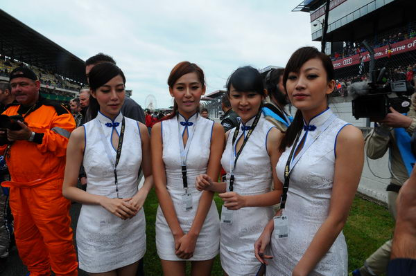 24-HEURES-DU-MANS-2013-GRID-GIRLS-KCMG-Photo-Patrick-MARTINOLI