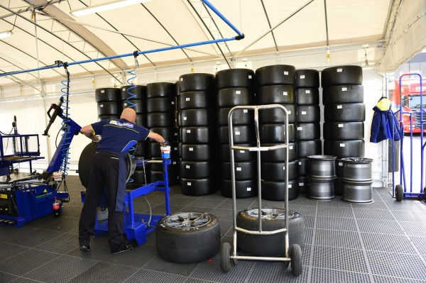 ELMS-2014-Montage-des-pneumatiques-MICHELIN-Photo-Antoinev-CAMBLOR