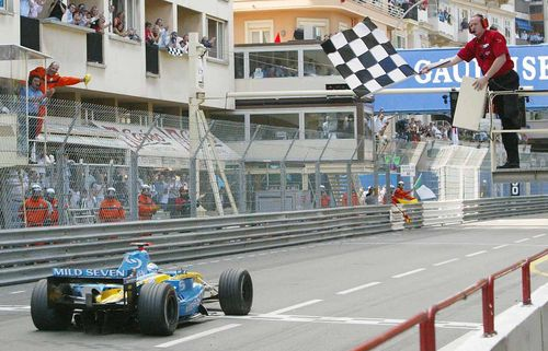 F1-GP-DE-MONACO-JARNO-TRULLI-victorieux-du-GP-de-MONACO-2004-avec-sa-RENAULT