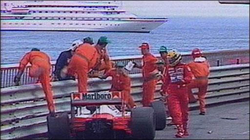 F1-GP-MONACO-1988-AYRTON-SENNA-sortie-de-piste-de-sa-McLaren-au-virage-du-portier