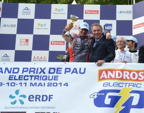 GP-PAU-2014-ELECTRIQUE-1ere-course-MIKE-PARISY-sur-le-podium-avec-le-Maire-de-PAU-François-BAYROU-Photo-Claude-MOLINIER