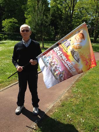 JEAN-PIERRE-JAUSSAUD-Avec-le-drapeau-qui-donnera-le-depart-des-24-Heures-Karting-JPJ-le-samedi-7-juin-2014-Photo-Gilles-GAIGNAULT-site-autonewsinfo