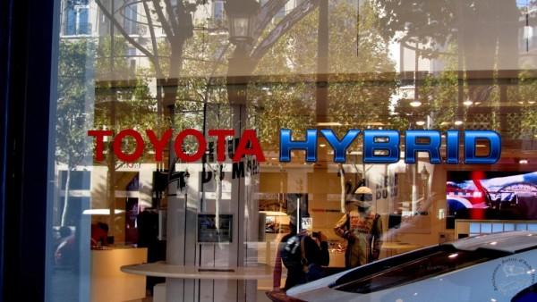 Le-rendez-vous-Toyota-Paris-champs-élysées-décoré-en-version-LE-MANS.