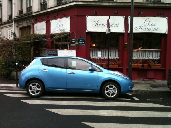 La  NISSAN LEAF devant Restaurant Chez ANTOINE à PARIS