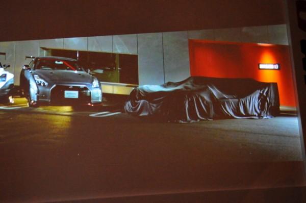 NISSAN-Londres-présentation-programme-Nissan-LMP1-une-LMP1-et-son-aileron-de-requin-sous-une-bache-seule-image-proposée