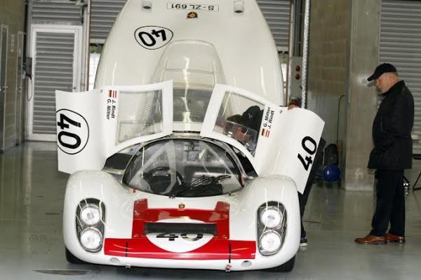 SPA-CLASSIC-2014-La-superbe-Porsche-908-LH-Le-Mans-ex-Mitter-Rindt-avec-à-coté-le-propriétaire-Willy-Kauhsen-©-Manfred-GIET