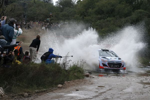 WRC-2014-ARGENTINE-La-HYUNDAI-i20-WRC-du-Belge-ThierryNEUVILLE-Photo-TEAM