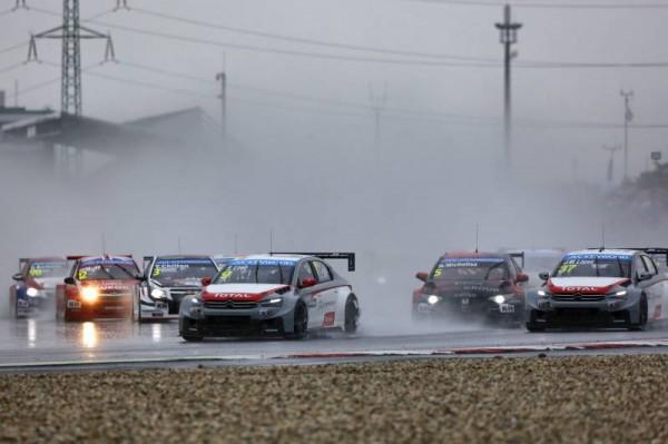 WTCC-2014-SLOVAKIA-RING-LE-DEPART-de-la1ére-course-sous-la-pluie
