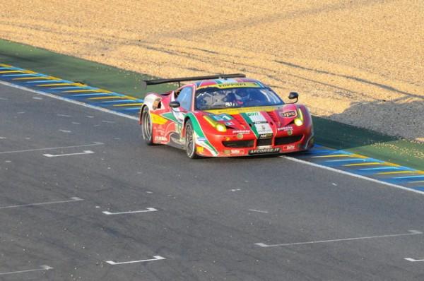 24-H-du-MANS-2014-La-Ferrari-51-se-bat-toujours-pour-le-lead-en-GTE-Pro-Photo-Patrick-Martinoli