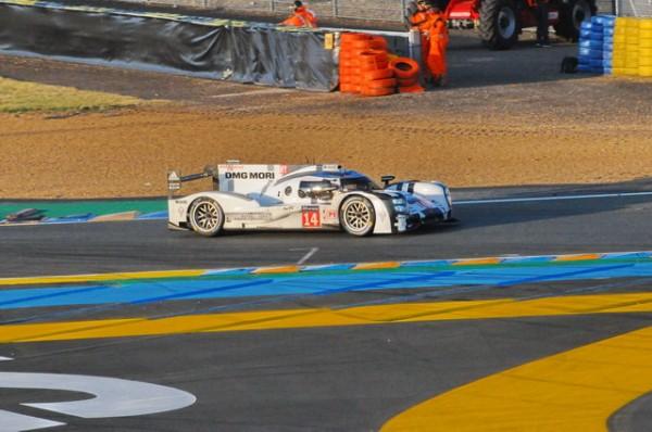 24-H-du-MANS-2014-On-nepensait-pas-trouver-les-deux-Porsche-toujours-en-course-au-petit-matin-Photo-Patrick-Martinoli.