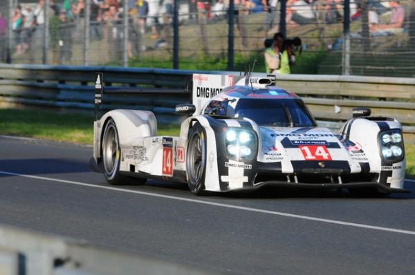 24-H-du-Mans-2014-La-Porsche-20-solidement-installée-sur-le-podium-provisoire-Photo-Patrick-Martinoli