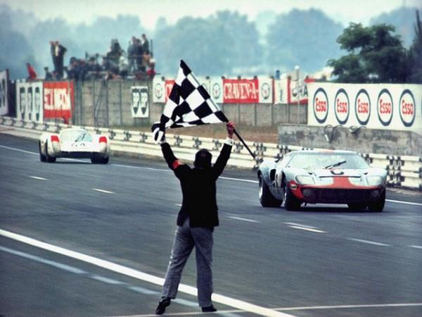 24-HEURES-DU-MANS-1969-VICTOIRE-FORD-GT-40-ICKX-OLIVER-devant-PORSCHE-HERMANN-LARROUSSE.