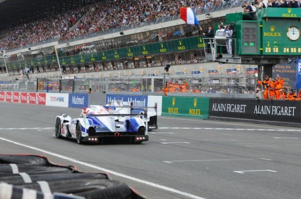 24-HEURES-DU-MANS-2014-Porsche-et-Toyota-sous-le-drapeau-abaissé-par-Alonso-Photo-Patrick-MARTINOLI.j