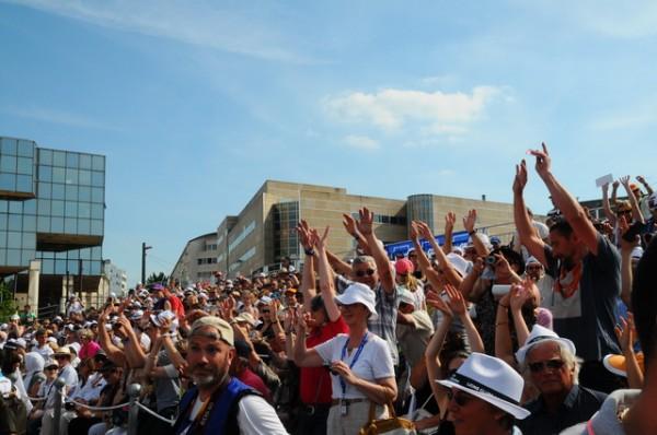 24-Heures-du-MANS-2014-GRANDE-PARADE-LA-GRANDE-FOULE-assistait-à-ce-defile-des-pilotes-Photo-Max-MARTINOLI.