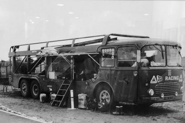 DPPI-Expo-GALERIE-SAKURA-Le-transporteur-du-Team-ROOTS-en-1978