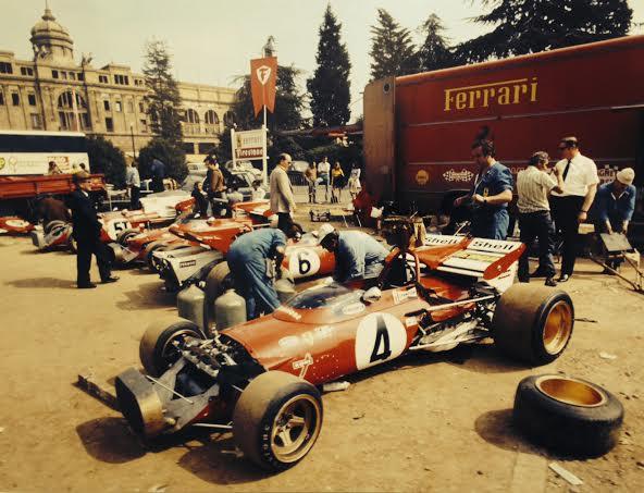 DPPI-Expo-GALERIE-SAKURA-les-monoplaces-FERRARI-dans-le-paddock-du-circuit-Espagnol-de-MONTJUICH-a-BARCELONE-en-1971