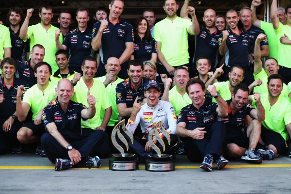 F1-2013-NURBURGRING-VETTEL-ET-LE-TEAM-RED-BULL-EN-FETE-APRES-SA-VICOIRE-AU-GP-ALLEMAGNE-le-7-Juillet.