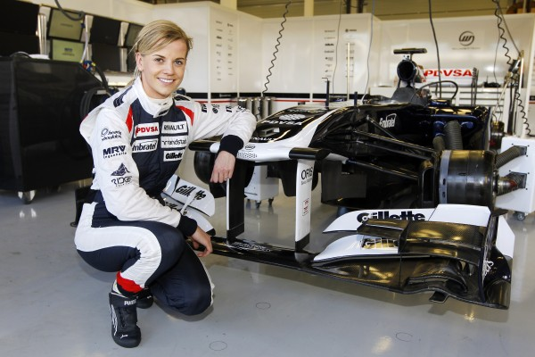 F1 - SUSIE WOLLF pose devant la WILLIAMS de GP