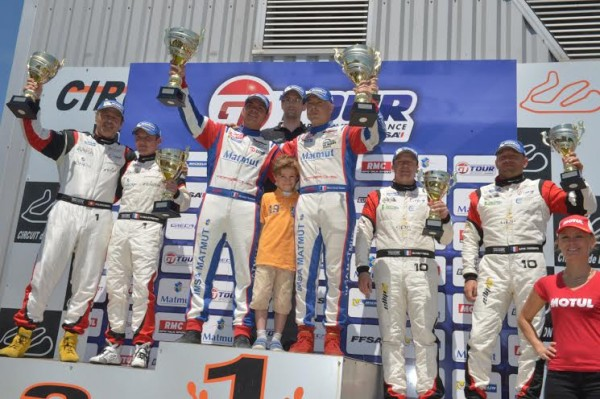 GT-TOUR-2014-LEDENON-Le-podium-Course-1-avec-les-vainqueurs-NARAC-ARMINDO-du-Team-IMSA-PERFORMANCE-Photo-Antoine-CAMBLOR
