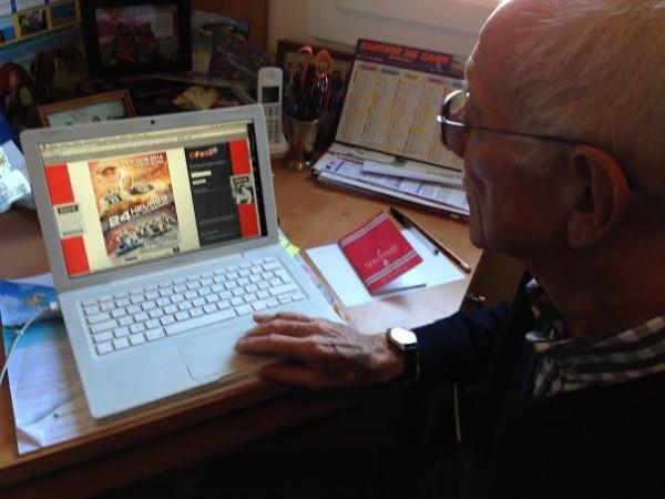 JEAN-PIERRE-JAUSSAUD-Fidele-lecteur-de-notre-site-autonewsinfo-devant-le-sujet annonçant les-24-H-Karting-jaussaud.