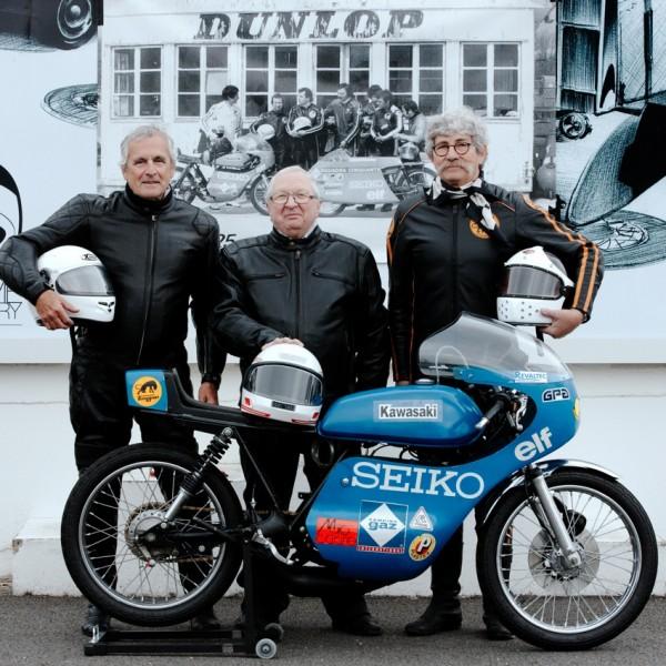 2014, de gauche à droite : Dominique Pascal, Benoit Pérot et Didier Coste, pratiquement 200 ans à eux trois, respect,    posent devant la photo d'époque prise à l'endroit même de la cabane Dunlop, détruite depuis.