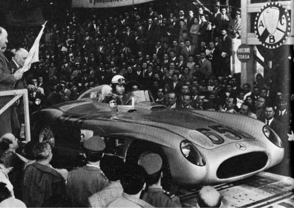 FANGIO AU DEPÄRT DE LA MILLE MIGLIA 1955, SUR UNE DES PLUS BELLES AUTOS AU MONDE